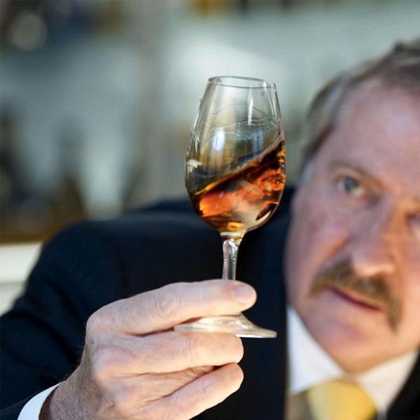 Chuyên gia hướng dẫn cách phân biệt rượu thật rượu giả